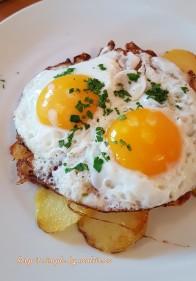 oua ochiuri cu cartofi prajiti